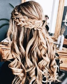Creative ideas regarding excellent looking hair. Your own hair is without a doubt just what can define you as a person. To the majority of men and women it is undoubtedly vital to have a good hair style. Night Hairstyles, Messy Hairstyles, Pretty Hairstyles, Wedding Hairstyles, Bridesmaid Hair, Prom Hair, Hair Inspo, Hair Inspiration, French Braid Ponytail