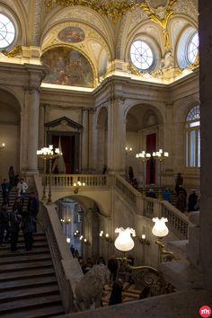 La escalera imperial del Palacio Real se realizó en tiempos de Carlos III, en principio en la crujía opuesta, pero a la llegada al trono de su hijo Carlos IV se traslado al lugar actual, escalón por escalón.