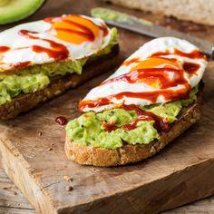 Lust auf ein kleines Schlemmer-Frühstück mit feurigem Touch? Spiegelei auf Avocado und knusprigem Baguette ist einfach zum Anbeißen!