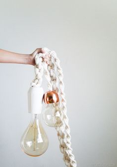Macramé Rope Lights DIY Giant Macrame Rope Light Tutorial Could also work around the cable of an existing lamp (kitchen?)DIY Giant Macrame Rope Light Tutorial Could also work around the cable of an existing lamp (kitchen? Diy Luminaire, Diy Lampe, Easy Home Decor, Handmade Home Decor, Diy Luz, Tutorial Diy, Macrame Tutorial, Ideias Diy, Diy Décoration