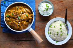 Chicken korma eller kylling korma er en dejlig og lidt stærk indisk gryderet. Her er den serveret med blomkålsris og en dejlig raitadressing. Prøv den!