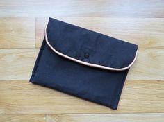 Pochette pour tablette - lin noir et tissu a pois tissu myrtille pression etoile baby snap
