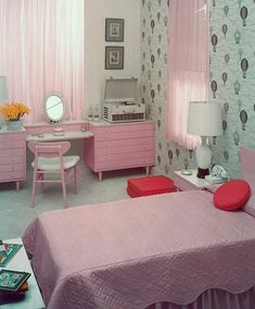 Inspirational Bedroom Ideas for Teen Girls Bedroom Themes For Teens Decorating a room for a teen can be both fun and challenging. 1950s Bedroom, Retro Bedrooms, Teen Girl Bedrooms, Teen Room Decor, Room Ideas Bedroom, Home Decor Bedroom, Dream Bedroom, Kids Bedroom, Vintage Room