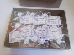 Caixa com 12 lembrancinha mini sapatilha de crochê na caixinha, perfeita para aniversário ou nascimento.