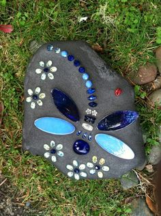 DragonFly with Beaded Flowers Mosaic Garden Art, Mosaic Diy, Mosaic Crafts, Stone Crafts, Rock Crafts, Mosaic Art Projects, Mosaic Rocks, Dragonfly Art, Rock Painting Designs