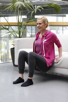 Helppo ja tehokas neljän liikkeen kotitreeni – tarvitset vain sohvan - Hyvä olo - Ilta-Sanomat Health Fitness, Bomber Jacket, Exercise, Athletic, Zip, Workout, Sports, Jackets, Fashion
