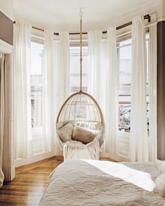 So cute home details. I love this interior design! It's a great idea for home decor. Cozy Home design. Bedroom Inspo, Home Bedroom, Bedroom Ideas, Modern Bedroom, Contemporary Bedroom, Bay Window Bedroom, Bedroom Designs, Minimalist Bedroom, Bedroom Classic
