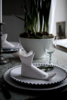 Folded napkin at Marie Elisabeth's Rum (Finnish) blog.  Lovely.
