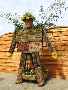 and Bugs are Buzzing Garden Crafts, Garden Projects, Garden Art, Pallet Projects, Permaculture, Insect Box, Dame Nature, Bug Hotel, Mason Bees