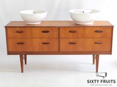 Dit 4-laden kastje lijkt op een Jentique, en is uitstekend te converteren naar een wastafelmeubel waarbij het zwevend ophangen tot de mogelijkheden behoort. SixtyFruits, fine vintage furniture.