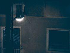 Θέλω να πω κάτι συγκλονιστικό που πιθανότατα δεν το γνωρίζατε: βρέχει. #happeningnow #rain #raining #rainynight #lamp #night #nightphotography