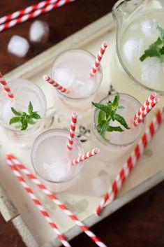 Limonada de jengibre 4 limones orgánicos 2 cm de jengibre fresco 6 cucharadas de azúcar cubos de hielo hojas de menta Cómo hacerlo Exprimir los limones, el jengibre fresco rallado añadirlo al zumo de limón. Vierta el jugo de limón en una jarra, agregar el azúcar, luego regarla con agua fría. La cantidad de agua dependerá de la intensidad que les guste: Yo suelo usar ⅓ de jugo de limón y el azúcar y ⅔ de agua. Sirva la limonada de jengibre con hielo y menta fresca