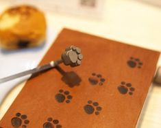 It could be baked goods, leather, wood or many other craft materials. Whatever it is though, it will certainly look better with some cat paws on it! This cat paw branding iron is exactly the tool you need for an extra dose of kawaii. Cat Lover Gifts, Cat Gifts, All Things Cute, Cool Things To Buy, Cat Bread, Japanese Bread, Kawaii Gifts, Japanese Kitchen, Sushi Recipes