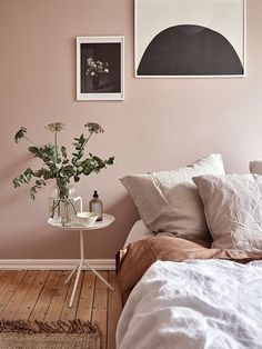 Dusty pink bedroom walls While taking almost up to a year to decide on a very light (and safe choice) grey to paint the living room wall at home, some people just dare and go for pink in the bedroom. so nice Continue reading Dusty Pink Bedroom, Pink Bedroom Walls, Bedroom Wall Colors, Home Decor Bedroom, Interior Wall Colors, Bedroom Wall Decorations, Dusty Pink Bedding, Colors For Bedrooms, Light Pink Bedrooms