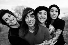 LOOK AT HOW MIKE IS REACHING FORWARD TO HUG THEM ALL AND JAIME IS HOLDING HIS ARM AND THEY'RE BEING ALL CUTE AND FETUS-Y AND CUDDLY AND JUST ASDFGHJKL