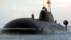 """Ein russisches Atom-U-Boot des Typs Schtschuka-B (Nato-Codename """"Akula) vor dem französischen Hafen von Brest (Archivbild)."""