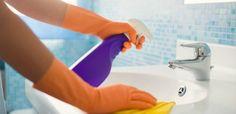 Togliere le macchie di sudore dai vestiti: basterà applicarne un po' prima del lavaggio; 2 Pulire i pavimenti: mescolata con acqua calda, pulisce e sbianca i pavimenti più sporchi; 3 Risanare il terreno: aggiungetene un po' nell'acqua per proteggere le piante da funghi e batteri;