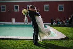 O casamento da Rita e do Nuno no mosteiro da Penha Longa. #casamento #noivos #piscina #jardim #PenhaLonga #Sintra #Portugal