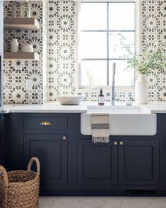 Best Beautiful Blue and White Kitchens to Love! Stunning blue and white graphic tiles on sink wall of a kitchen with navy blue cabinets and farm sink.Stunning blue and white graphic tiles on sink wall of a kitchen with navy blue cabinets and farm sink. Blue Cabinets, Navy Kitchen Cabinets, Coloured Kitchen Cabinets, Pantry Cabinets, Shaker Cabinets, Kitchen Cabinet Colors, Küchen Design, Design Ideas, Design Inspiration