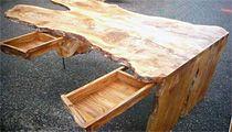 Boomstamtafel met lades en houten onderstel