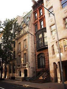 Upper East Side, New York City 105 . New York is so crazy, the brownstones look like whoville Ville New York, A New York Minute, Belle Villa, Concrete Jungle, City Living, Oh The Places You'll Go, Cities, Beautiful Places, Scenery