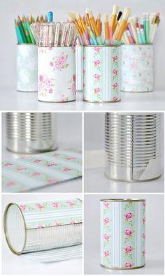 Porta canecas feito com latas. Pode encapar com contact liso ou decorado, papel de parede, e ate mesmo tecido.