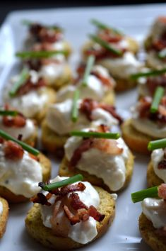 Crostinisnittar med västerbottenröra & bacon Baby Food Recipes, Low Carb Recipes, Cooking Recipes, Tapas Party, New Years Eve Dinner, Work Meals, Sandwiches, Food Inspiration, Appetizer Recipes