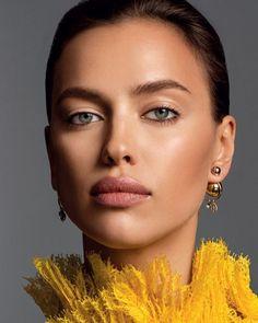 Trend Alert da vez são os olhos com contorno total de lápis. Esta maquiagem da Irina Shayk é uma ótima inspiração para esta tendência.  TREND • makeup  • beleza • Irina Shayk • Glamour Russia