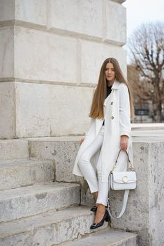 All white ✨ How do you like it? Zalando Style, White Trench Coat, All White Outfit, Trends, Layered Cuts, Female Images, Suits, White Jeans, Chloe