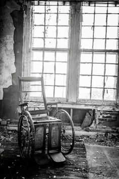 A dubious history and tales of terror have given this abandoned sanatorium in Virginia a reputation as one of the most haunted sites on the East Coast. Old Hospital, Abandoned Hospital, Scary Places, Haunted Places, Abandoned Buildings, Abandoned Places, True Horror Stories, Ghost Stories, Urban Decay Photography