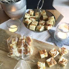Fudge mit weisser Schokolade, gesalzenen Macadamias und Dulce de Leche. Willkommen als Geschenk, unwillkommen auf der Hüfte 😳 #fudge #homemadefudge #dulcedeleche #ausdemslowcooker #linkinbio #rezeptaufdemblog #foodblogger_de #ichliebefoodblogs #rezeptebuchcom #f52grams #feedfeed #eeeeeats #onmytable #tastemade #forkyeah #foodlicious #foodshot #instafeast #onthetable #beautifulcuisines #heresmyfood #theartofslowliving #rslove #realsimple #foodporn