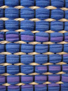 sidos! Loom Weaving, Tapestry Weaving, Hand Weaving, Metal Texture, Weaving Patterns, Weaving Techniques, Textiles, Woven Rug, Handmade Rugs