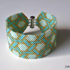 Náramek je šitý technikou peyote, kdy se přišívá jeden korálek ke druhému a vzniká tak mřížka. Je časově velmi náročný. Vyrobený z kvalitních japonských korálků TOHO 11/0. Vše je šito nití Nymo.  Délka náramku včetně zapínání je 19 cm a šířka je cca 4 cm. Cuff Bracelets, Jewelry, Fashion, Moda, Jewlery, Jewerly, Fashion Styles, Schmuck, Jewels