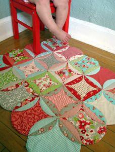Un Tutorial con le istruzioni e le foto di tutti i passaggi per realizzare un tappeto con la tecnica quilt e i motivi circolari.