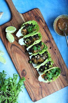 Salattacos med belugalinser og peanutdressing