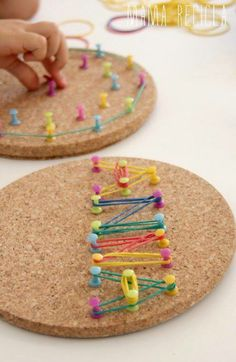 Fine motor activity - rubber bands and thumbtacks on cork! Love the bright colors! (just as long as the kids don't pull out the tacks, could be dangerous)A geoboard for developing fine motor skills.Meine Pinn-Boards zum Thema Lernen befinden sich j…Diy Motor Skills Activities, Gross Motor Skills, Montessori Activities, Preschool Activities, Fine Motor Activities For Kids, Finger Gym, Funky Fingers, Material Didático, Practical Life