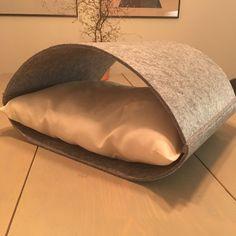Easy DIY cat bed. Made of felt.