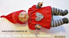 Baby born opskrifter 3 cm. Nisse tøj til dukkepige. Lang tunika med stor mus på maven grå strømpebukser og en lang nissehue