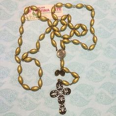 Terço confeccionado com pérolas ovinho preciosa ( jablonex) douradas,banho ouro velho,entremeio São Miguel Arcanjo,mini relicário,crucifixo adornado com strass e rivolis oktante. R$ 91,90