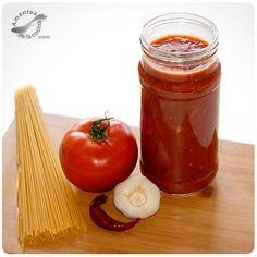 Esta salsa de tomate casera es muy rica y ayuda un montón cuando uno está en apuros y no tiene tiempo para cocinar.