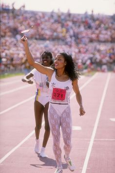 The Fastest Woman in the World Was the Most Fashionable, Too: Flo-Jo's Olympics Style Flo Jo, Triathlon, Biceps, Jogging, Olympic Track And Field, Crossfit, Vintage Black Glamour, Beautiful Athletes, Sport Icon