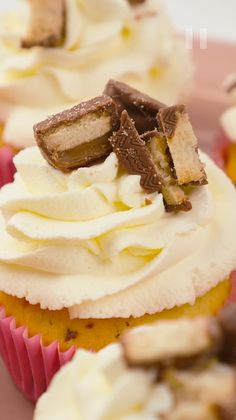 Recipe video: Twix® cupcakes - Are you still looking for trendy cupcakes for your next celebration? Then try our delicious Twix Cu - Baking Recipes For Kids, Dessert Recipes For Kids, Kid Desserts, Dessert Cake Recipes, Easy No Bake Desserts, Easy Cake Recipes, Twix Cupcakes, Oreo Dessert, Chocolate Chip Recipes