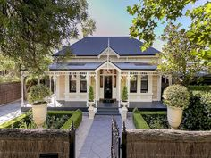 08 fresh and beautiful front yard landscaping ideas - Wholehomekover Villa, Weatherboard House, Queenslander, Front Yard Landscaping, Landscaping Ideas, Patio Ideas, Porche, Cottage Exterior, Australian Homes