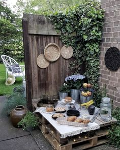 Many people believe that there is a magical formula for home decoration. Diy Outdoor Table, Outdoor Decor, Decoration Palette, Bohemian Interior, Diy Interior, Better Weather, Corner Garden, Serving Table, Garden Landscape Design