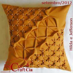 Jaqueline Alves: Almofadas em Capitonê Smocking Tutorial, Smocking Patterns, Embroidery Patterns, Sewing Pillows, Diy Pillows, Fabric Manipulation Fashion, Diy Pouf, Bed Cover Design, Hand Quilting Designs