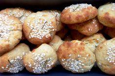 Έχουν μείνει στο ψυγείο τυριά; Φτιάξτε αυτές τις πεντανόστιμες μπουκιές που είναι το πιο ωραίο σνακ για το σχολείο ή για το γραφείο την ώρα της μεγάλης πείνας. Greek Recipes, Pretzel Bites, Deli, Tart, Bakery, Pizza, Bread, Breakfast, Food