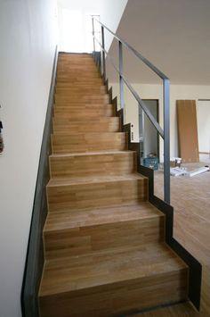 Stahltreppe mit gefalteten Parkettstufen