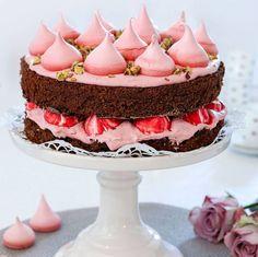 Vacker och god tårta med smak av choklad, hallon och pistaschnötter.