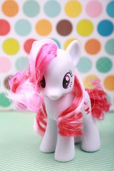 cute curls on this pony!
