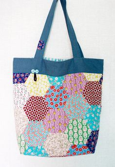 Shopper Tote Bag Tutorial Easy Shopper Tote Bag Sewing A Step-by-Step Tutorial . Shopper Tote Bag Tutorial Easy Shopper Tote Bag Sewing A Step-by-Step Tutorial with Photos. This image has get 2 repi Easy Sewing Patterns, Bag Patterns To Sew, Sewing Tutorials, Sewing Crafts, Sewing Projects, Tutorial Sewing, Bag Tutorials, Tote Pattern, Hexagon Patchwork